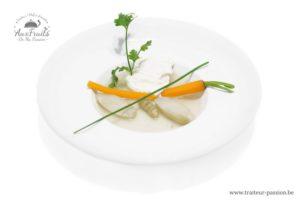 Bouillon léger au poivre de cassis Légumes d'hiver et œuf poché