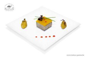 Terrine de foie gras, gelée de passion Chutney mange et petit pain brioché